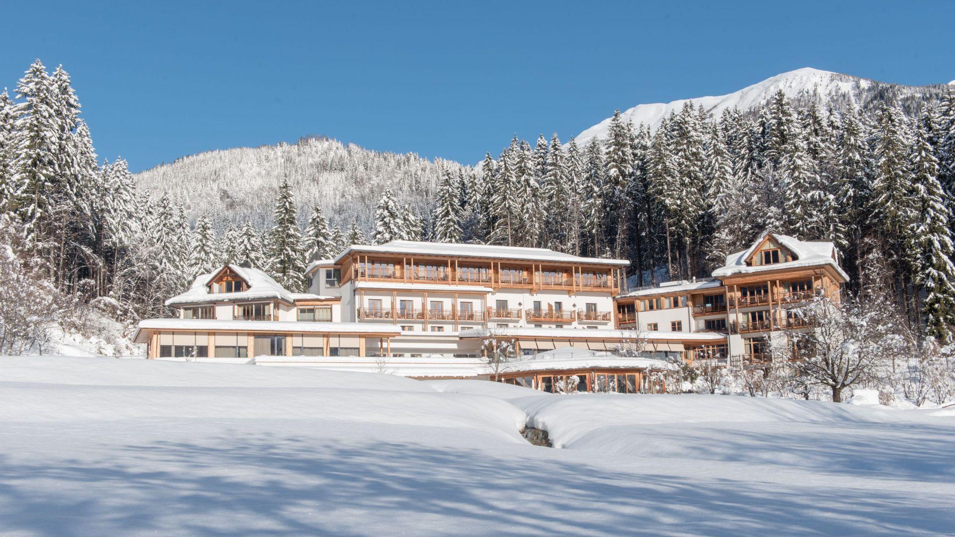 Verschneites Hotel